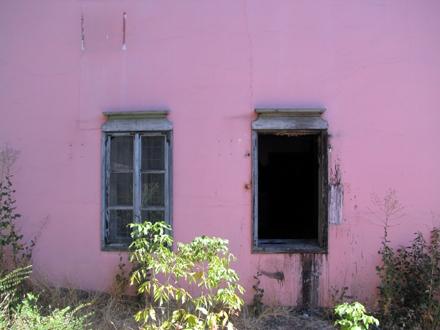 Razvaljen jedan od prozora na zgradi FOTO: D. Ristić/OK Radio