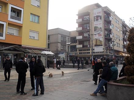 Zgrada (desno) sa koje je skočila T.S. FOTO: S. Tasić/OK Radio