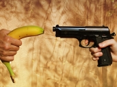 Uhapšen pošto je šerifima pretio bananom