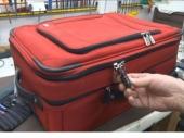 Suprugu švercovao u koferu