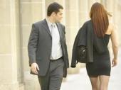 Zašto muškarci stalno gledaju u druge žene?