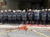 Atina: Paradajz i kamenice na policiju!
