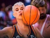 Poznatu pevačicu pogodili košarkaškom loptom u glavu!